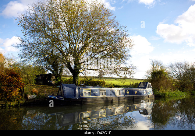 South Oxford Canal in Autumn Kings Sutton Oxfordshire Oxon England boat narrowboat canal canals autumnal scene autumn - Stock Image