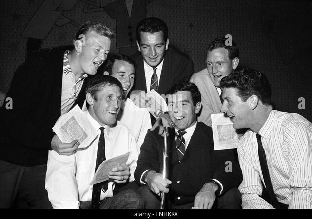 Everton football players cut a disc. Let to right: Jimmy Gabriel, Jimmy Harris, Dennis Stevens, Alex Parker, Alex - Stock Image