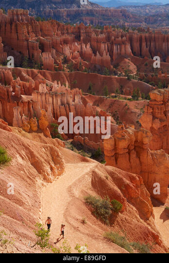 Kids hiking in Bryce Canyon National Park - Stock-Bilder