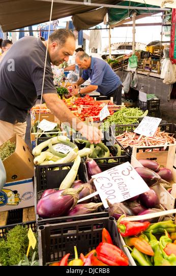 Man shopping for fresh food market stall - Stock Image