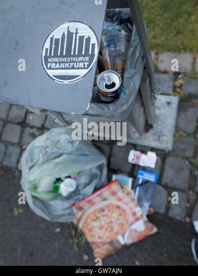 A garbage can overflows with garbage from the weekend on the banks of the Main river in Frankfurt am Main, Germany, - Stock Image