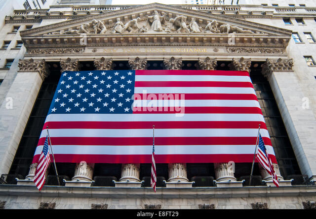 USA, New York City, Close up of New York Stock Exchange's facade with american flag - Stock-Bilder