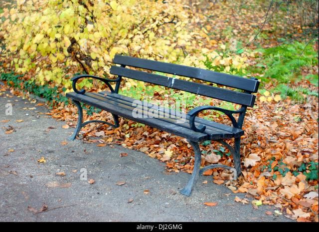 Lonely autumn park bench empiness solitude nostalgy nostalgic - Stock-Bilder