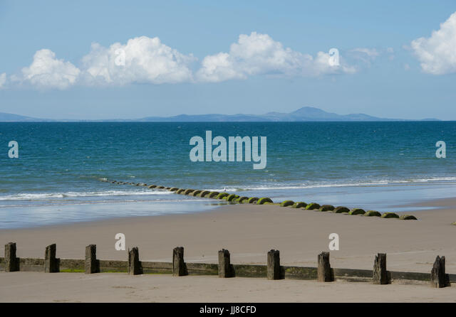 The view from the beach at Barmouth in Wales looking out over Cardigan Bay to the Llŷn Peninsula (Pen Llŷn) on the - Stock Image