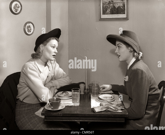 1940s 2 WOMEN DINING TALKING RESTAURANT TABLE - Stock Image