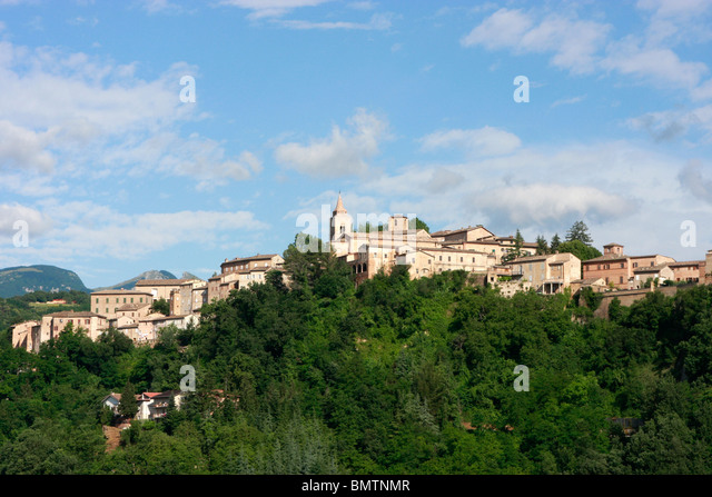 Wide skies over the historic hilltown ofAmandola in Le Marche,Italy - Stock Image