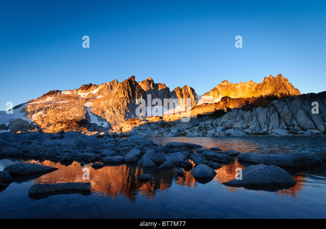 Dragontail at sunrise from Tranquil Lake, The Enchantments, Alpine Lakes Wilderness, Washington. - Stock Image