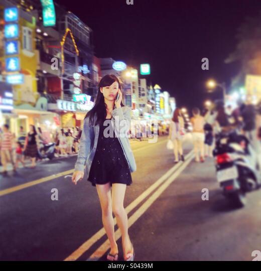 Girl walks on Taiwanese night market. - Stock-Bilder