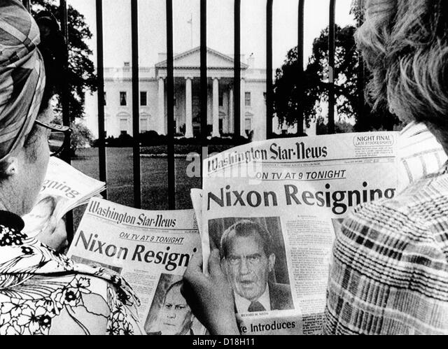 Tourists in front of the White House read headlines, 'Nixon Resigning.' Aug. 8, 1974. (CSU_ALPHA_642) CSU - Stock-Bilder
