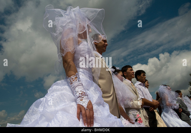 Brides and grooms in a collective wedding in Astana, Kazakhstan - Stock Image