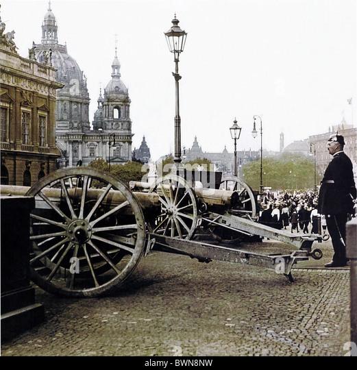 1914 capture weapons Berlin First World War Kronprinzenpalais September 2 history historical historic parade - Stock Image