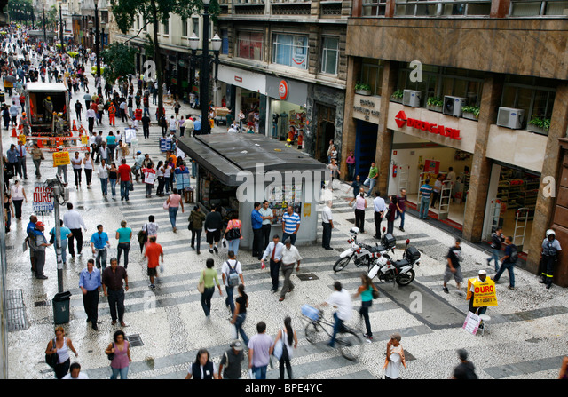 People walking on a shopping pedestrian street in central Sao Paulo, Brazil. - Stock Image