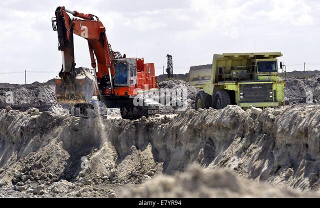 Mar 30, 2004 - Loxahatchee, Florida, U.S. - Mining a pit at Palm Beach Aggregates. (Credit Image: © Lannis - Stock-Bilder