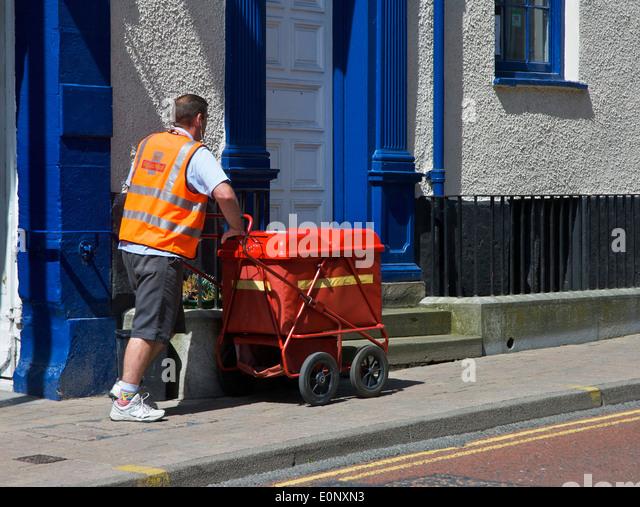 Postman delivering mail - Stock Image
