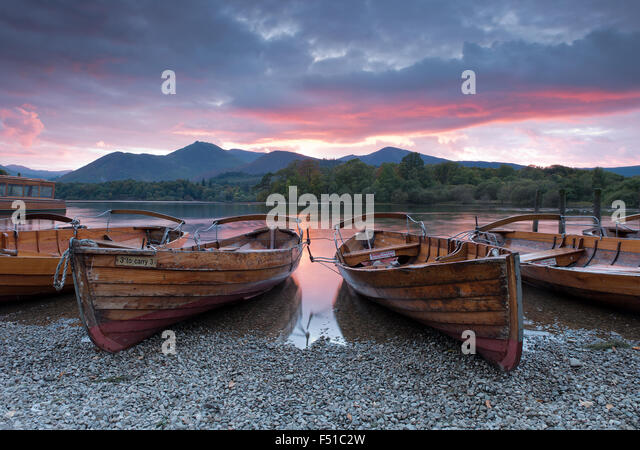Rowing boats on the shore of Derwent Water near Keswick at sunset, Lake District, Cumbria, England, Uk, Gb - Stock-Bilder