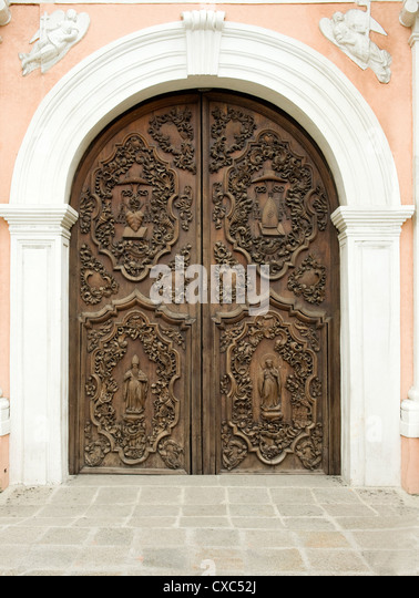 Door of San Augustin church, the oldest church in Manila dating from 1607, which survived American bombing, Philippines - Stock-Bilder