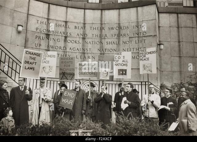 Conscientious objectors from the War Resisters League picketing near the United Nations in New York City. In front - Stock-Bilder