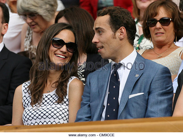 28/06/2012 - Wimbledon (Day 4) - Pippa Middleton chats to her brother, James, in the Royal Box - Photo: Simon Stacpoole - Stock-Bilder