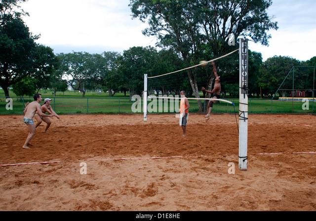 Men playing volleyball at Parque Cidade Sarah Kubitschek, Brasilia, Brazil, South America - Stock Image