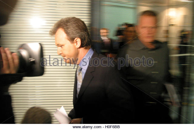 Peter Foster departs after giving a live, televised statement in  central London, December 16, 2002. Convicted conman - Stock Image
