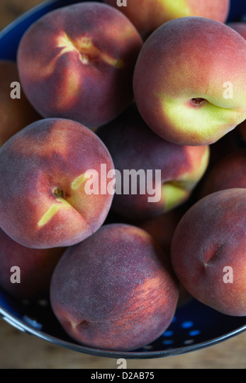 Close up of peaches in colander - Stock Image