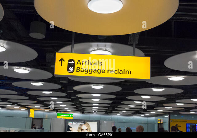 Arrivals baggage reclaim sign at a UK airport - Stock-Bilder