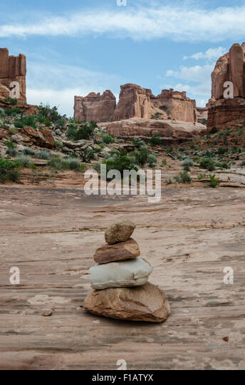 Cairns mark the way for hikers through Park Avenue in Arches National Park - Stock Image