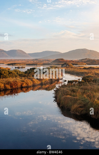 The Maumturk Mountains and the Invermore River, Connemara, County Galway, Connaught, Ireland. - Stock-Bilder