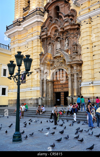 People on the steps of the church of Iglesia de San Francisco Lima, UNESCO World Heritage Site, Peru, South America - Stock Image