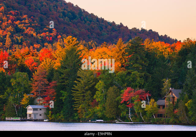 Autumn colors at Mirror Lake in Lake Placid in Adirondacks State Park in the northern part of New York State, USA - Stock-Bilder