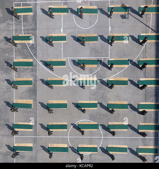 Chongzuo, Chongzuo, China.3rd October, 2017.Soldiers attend quilt folding contest in Chongzuo, southwest China's - Stock Image