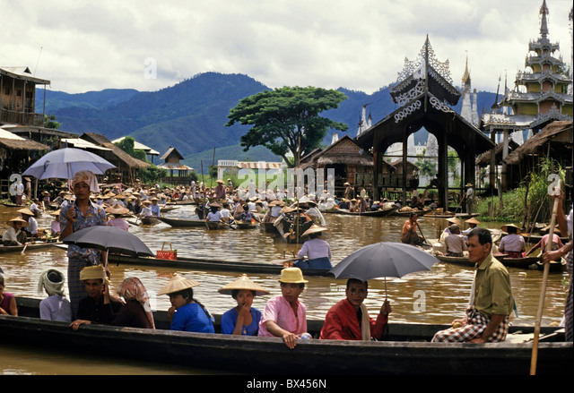 Intha people on boats at the Yumana Floating Market on Inle Lake, Nyaungshwe Township, Taunggyi District, Shan State, - Stock-Bilder