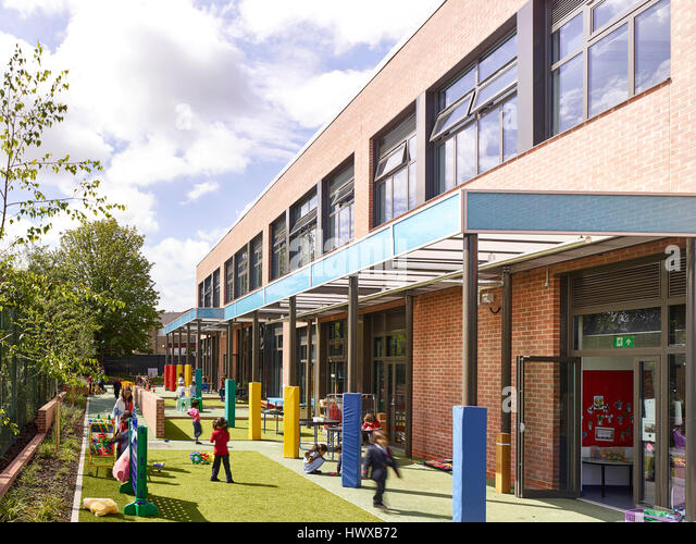 Outdoor play area in use. Wembley High Technology College Primary, North Wembley, United Kingdom. Architect: Curl - Stock-Bilder