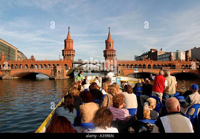 Berlin Kreuzberg Friedrichshain river spree tourist boat | Oberbaumbruecke Blick vom Spreedampfer Touristen - Stock Image