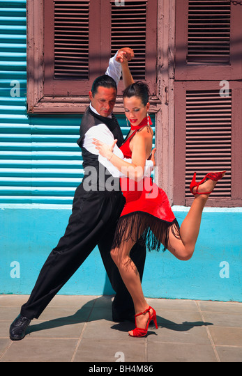 Fanny and Fabio dancers performing Tango, milonga and canyengue at Caminito, La Boca, Buenos Aires, Argentina. - Stock Image