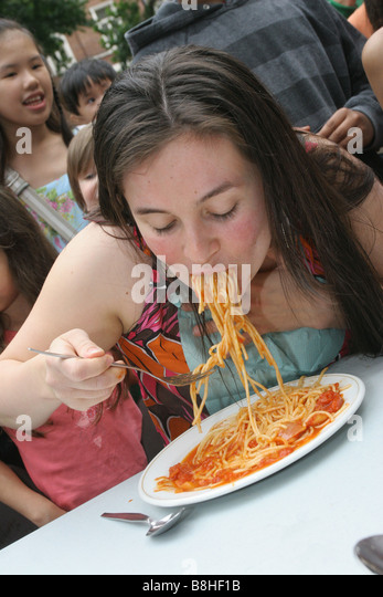 Children take part in a spaghetti eating contest - Stock Image