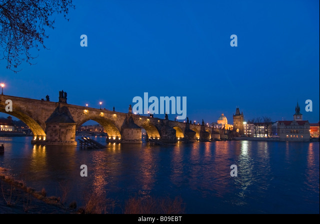 Horizontal wide angle of the Charles Bridge 'Karluv Most' and the Old Town Bridge Tower illuminated at night. - Stock-Bilder