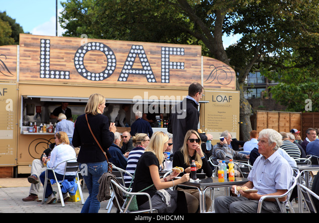 People eating in one of the outdoor cafes at the Southampton Boat Show in 2013 - Stock-Bilder