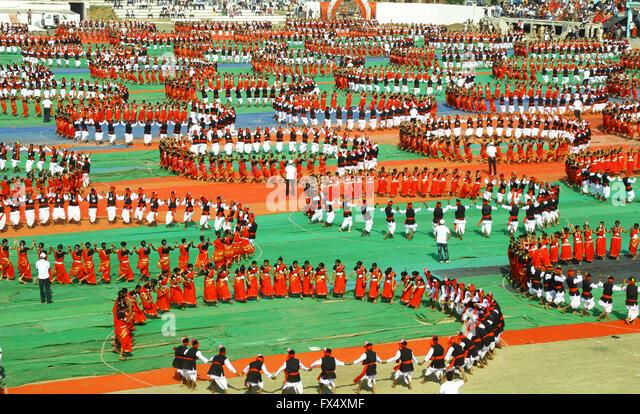 "Mandla, India. 11th Apr, 2016. Three thousands tribal students perform ""Karma"" (Famous Indian tribal dance) - Stock Image"