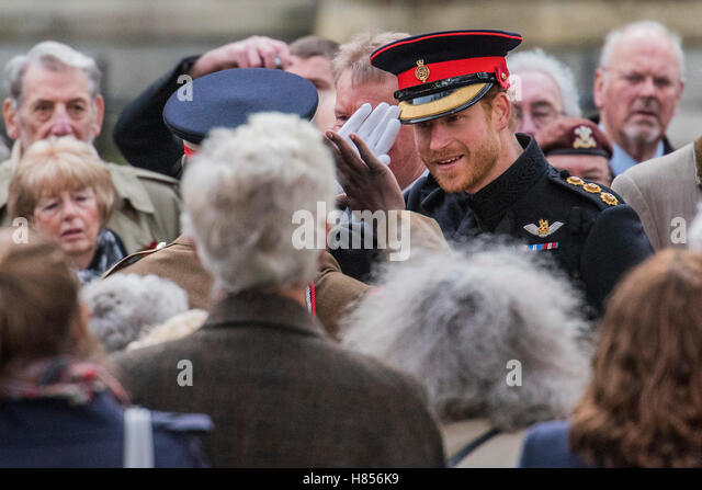 London, UK. 10th Nov, 2016.  Prince Harry is greeted with a salute from a soldier he appears happy to see and returns - Stock-Bilder