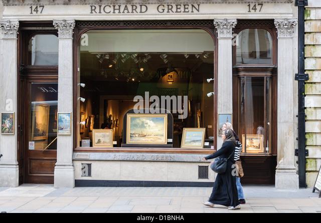 Two muslim girl walking in front of Richard Green gallery in Bond Street. London. - Stock-Bilder