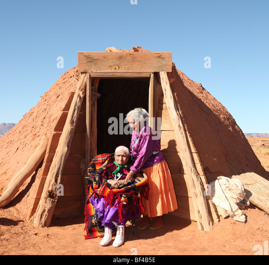 Navajo Family of 2 Women Outdoors in Front of Family Hogan - Stock-Bilder