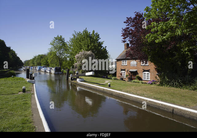 New Haw Lock and the keeper's cottage on the River Wey Navigations, Surrey. - Stock-Bilder