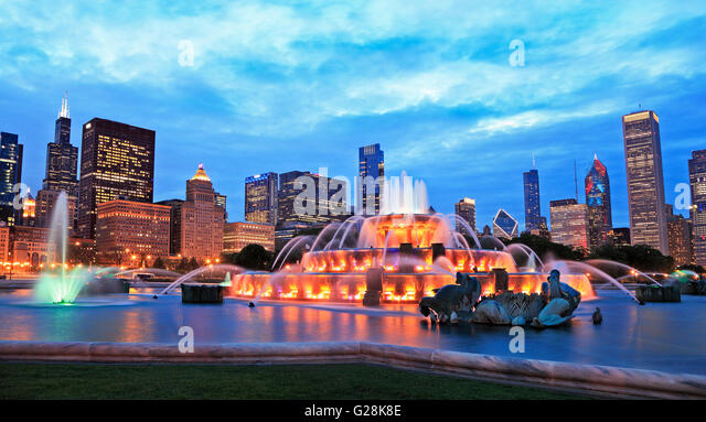 Chicago skyline and Buckingham Fountain at dusk - Stock Image
