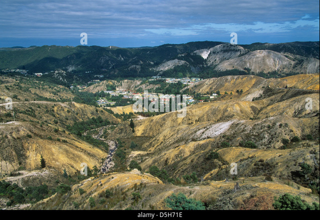 Australia, Tasmania, Queenstown, view of the mining township from the eroded hillside at Lyell Highway - Stock-Bilder