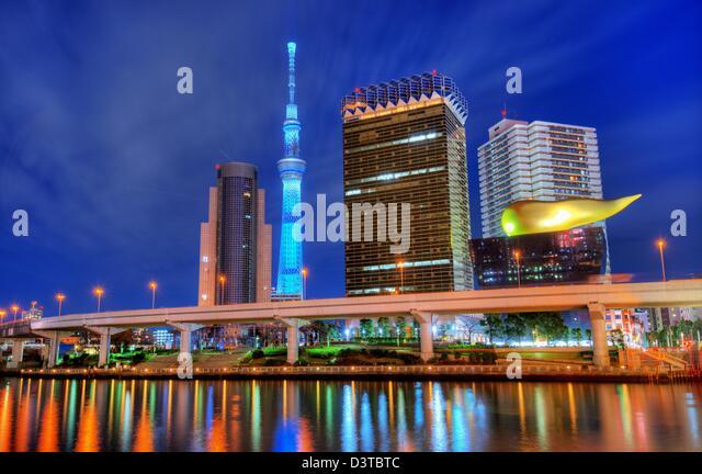 Landmark buildings line the Sumida River at Asakusa in Tokyo, Japan. - Stock-Bilder