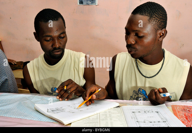 Architecture students drawing a diagram of a earthquake-proof house with truss structure. They are being trained - Stock Image
