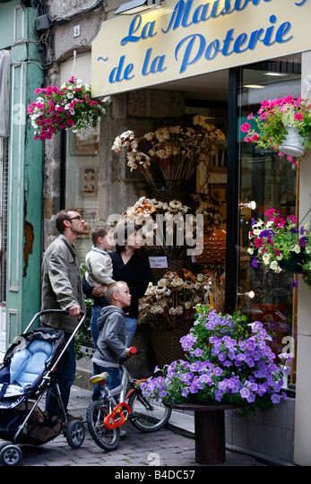 July 2008 - Family looking at a flower shop in the old town of Dinan Brittany France - Stock-Bilder