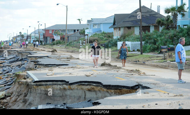 Flagler Beach, Florida, USA. 8th October, 2016. Residents survey the damage to State Road A1A caused by Hurricane - Stock Image