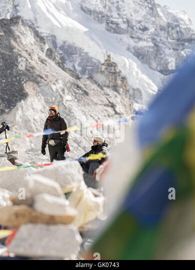 Hikers take a break on their journey of Everest Base Camp in the Himalayan Mountains of Nepal - Stock Image